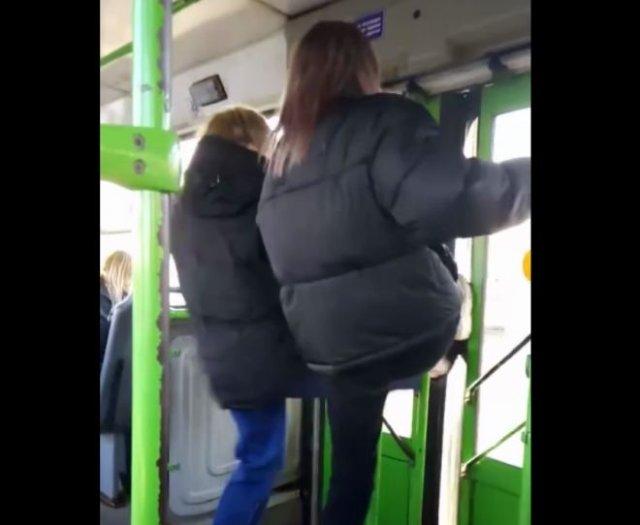 Неадекватные школьницы пытались ногами выломать двери автобуса из-за замечания