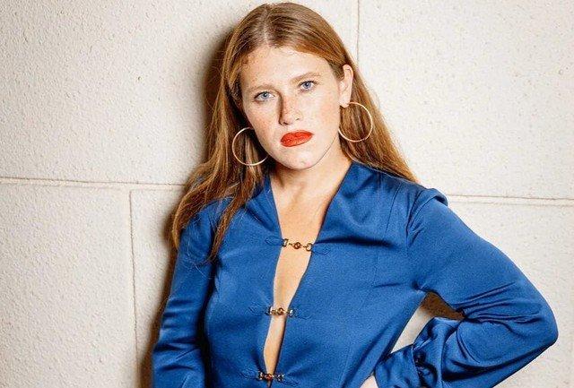 Звезда сериала «Чики» Варвара Шмыкова в синем платье