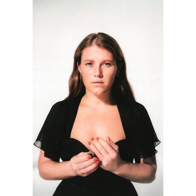 Звезда сериала «Чики» Варвара Шмыкова в черном платье