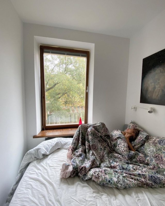 Марина Кацуба под одеялом на фоне окна