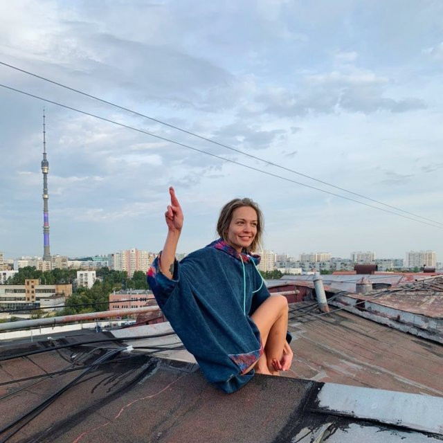 Марина Кацуба в синей кофте на крыше