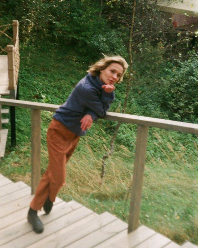 Марина Кацуба стоит на лестнице