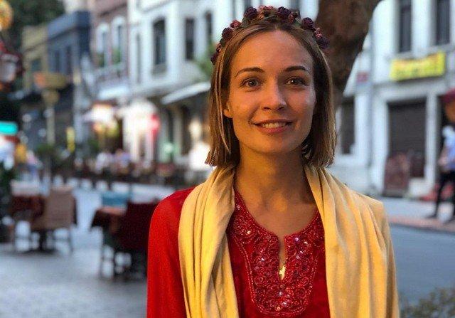 Марина Кацуба в красном платье и желтом шарфе