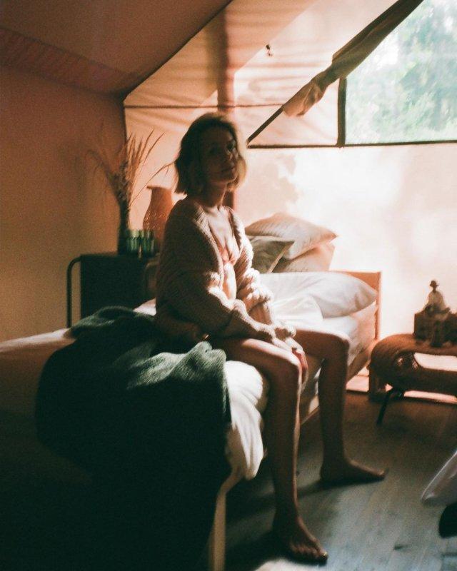 Марина Кацуба в нижнем белье сидит на кровати