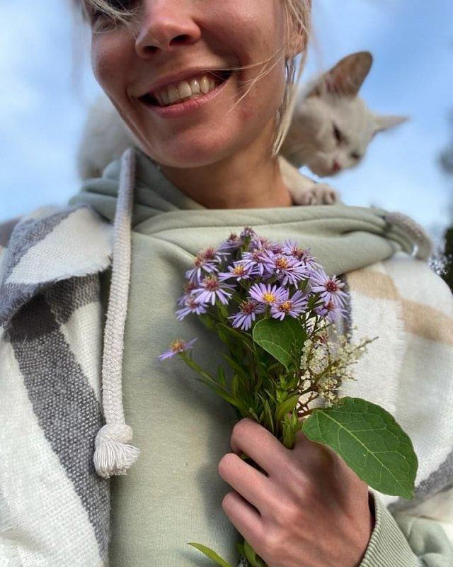 Марина Кацуба в зеленой кофте с цветами