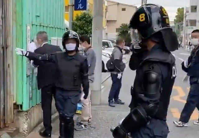 Полицейские во время рейда в Токио