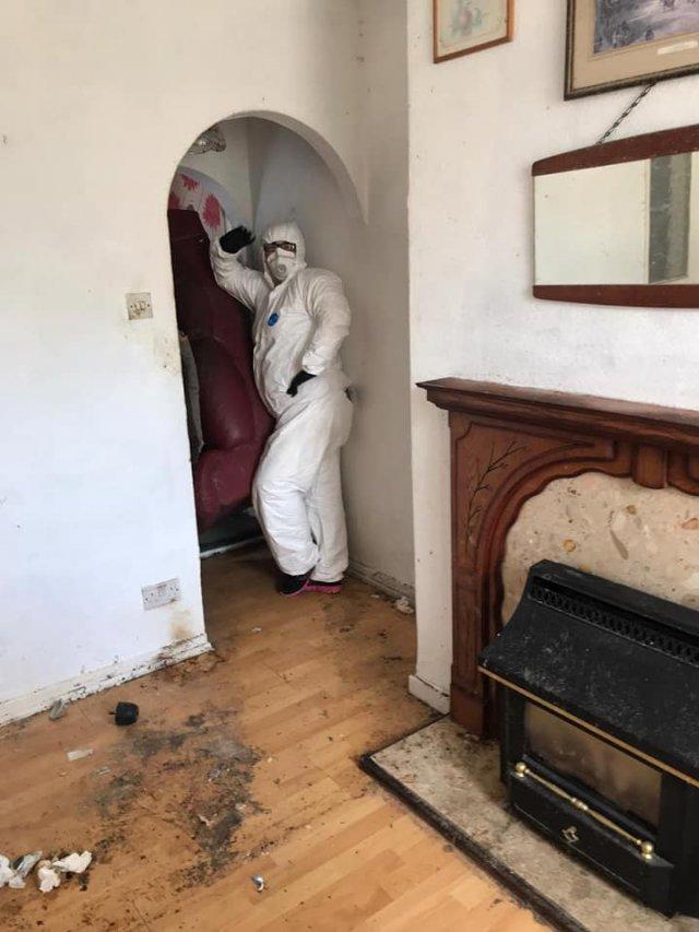 Клинеры показали результаты уборки в доме в графстве Камбрия - моют гостиную