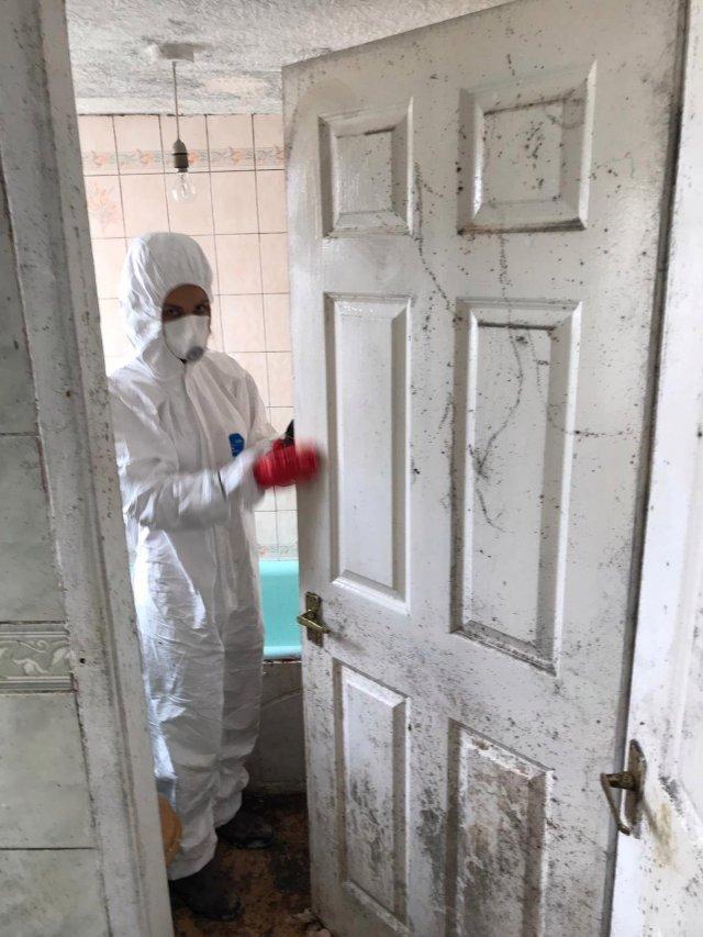Клинеры показали результаты уборки в доме в графстве Камбрия - моют дверь в ванную