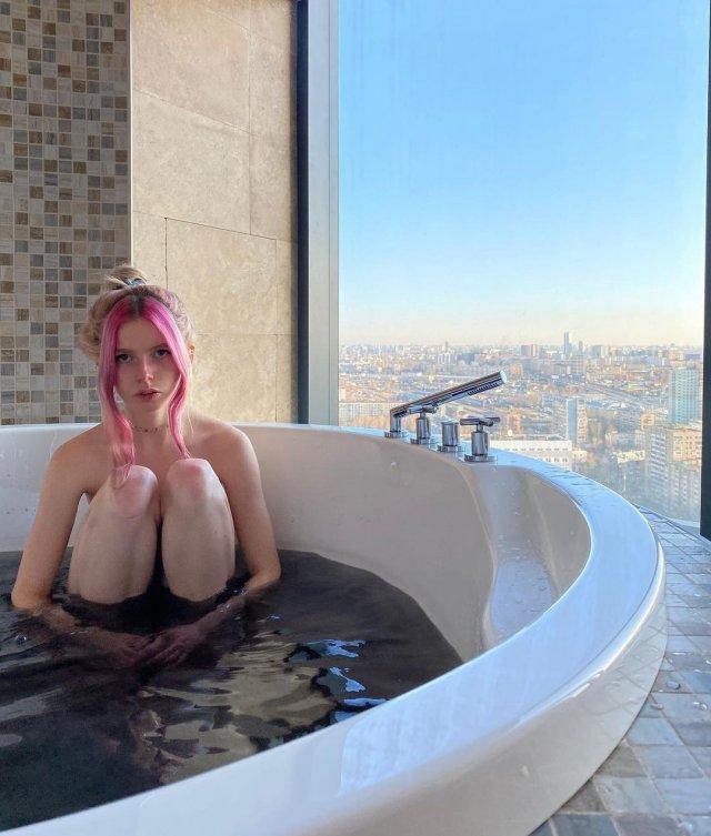 """Блогер Алена Ефремова (_cyberbabe_) в ванной в """"Москва-сити"""""""