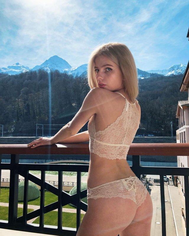 Блогер Алена Ефремова (_cyberbabe_) в нижнем белье на балконе
