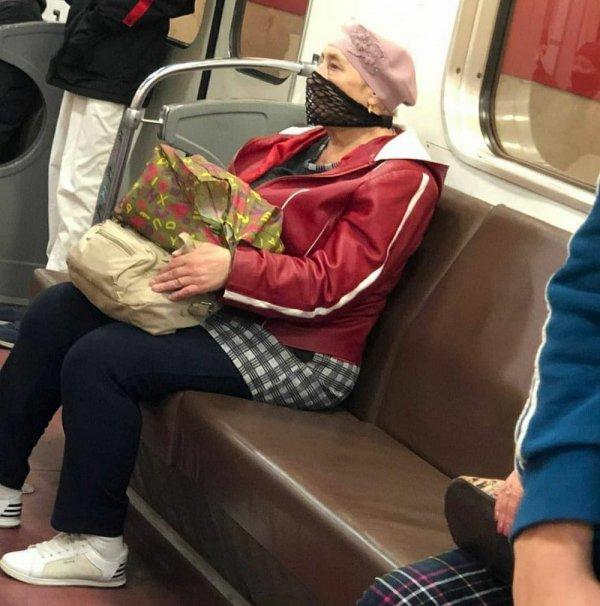 бабушка в маске с сеткой