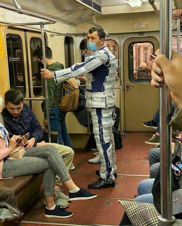 мужчина в костюме из масок