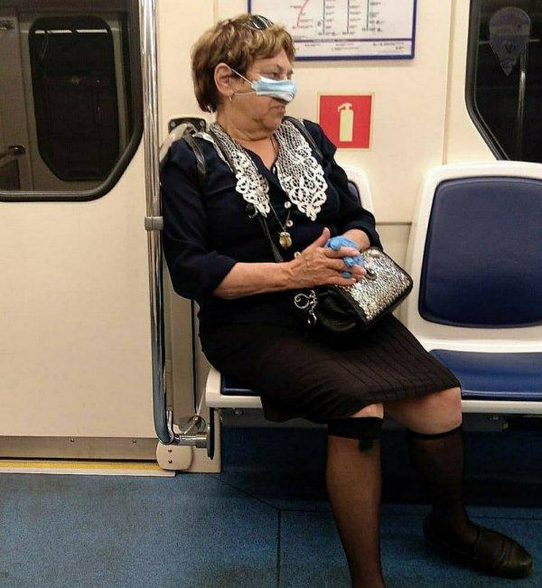 женщина с маской на носу