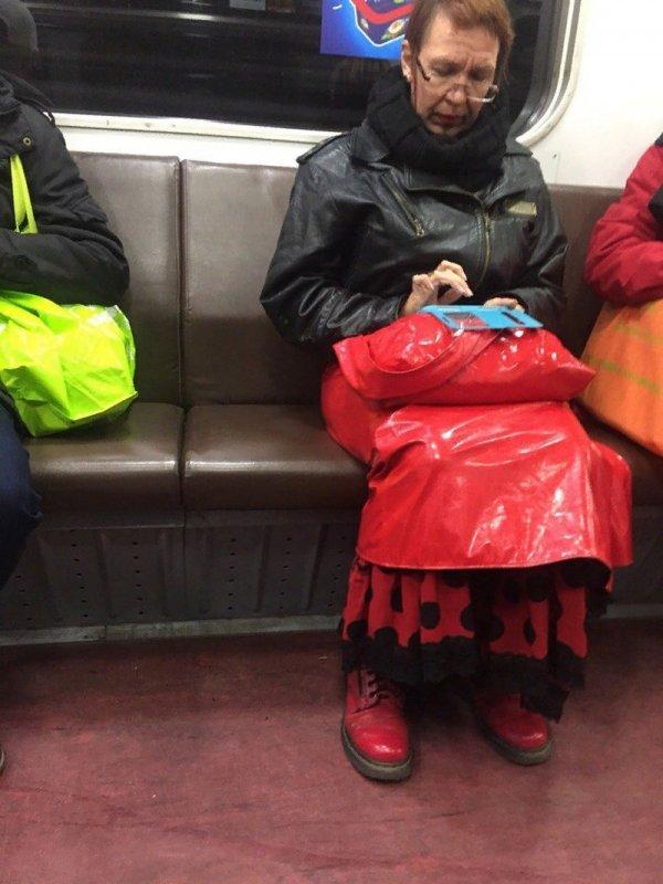 женщина в красной юбке