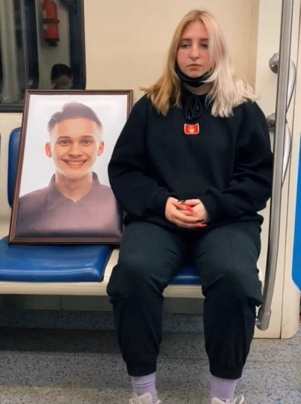 девушка с портретом