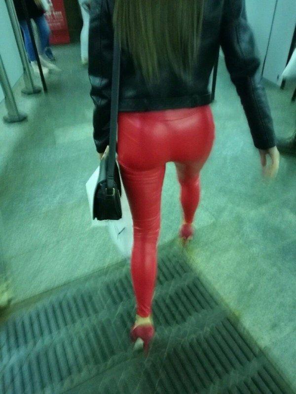 девушка в красных штанах