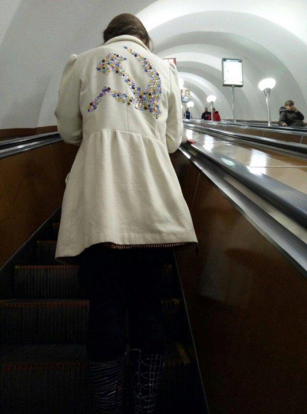 девушка в пальто с серпом и молотом
