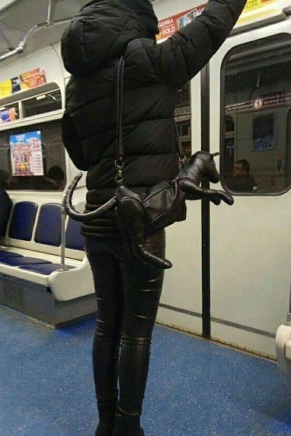 девушка с сумкой в виде кота