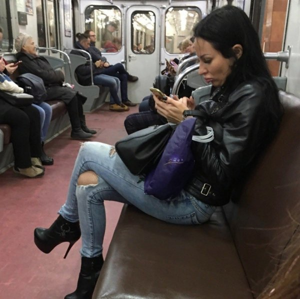 девушка в порванных джинсах