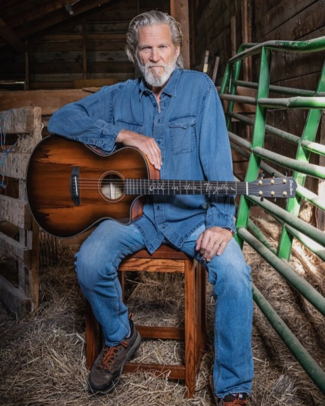 Джефф Бриджес с гитарой в джинсовом наряде