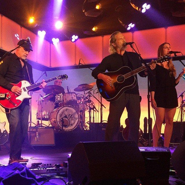 Джефф Бриджес выступает на концерте
