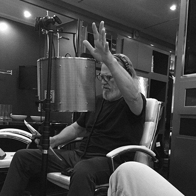 Джефф Бриджес в черной футболке записывается на студии