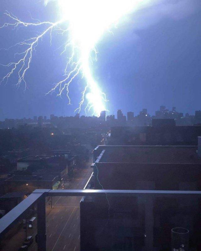 Мощная молния в городе