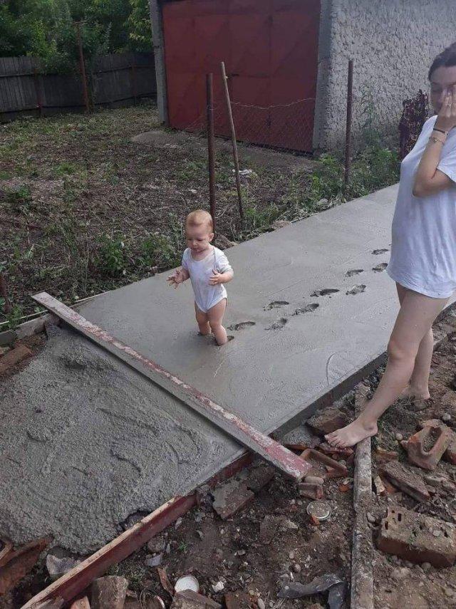 Малыш ходит по цементу