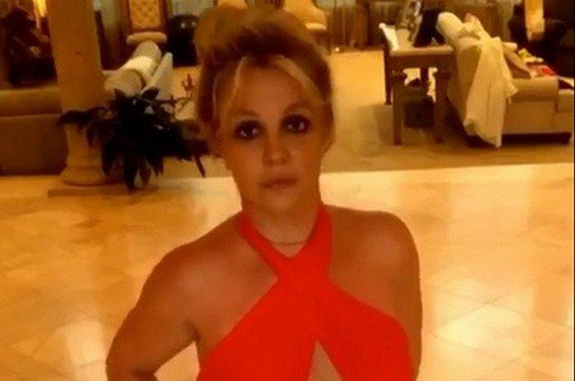 Бритни Спирс в красном купальнике