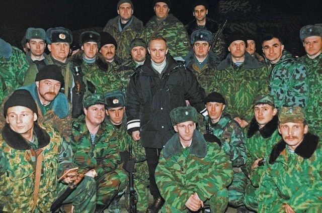 Владимир Путин среди бойцов федеральных сил РФ на Северном Кавказе