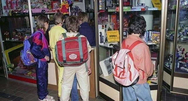 Школьники выбирают игрушки и приставки после уроков, 1993 год.