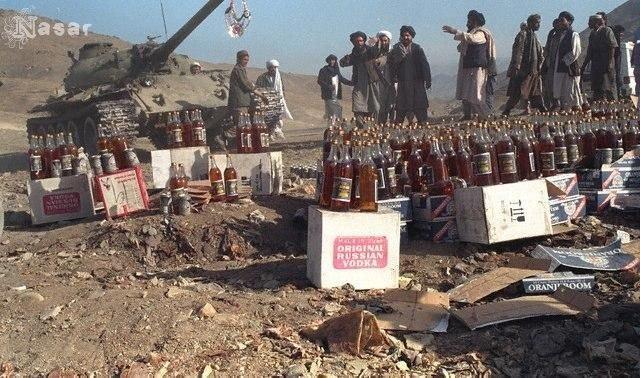 Талибы с конфискованной партией алкоголя за несколько минут до его уничтожения