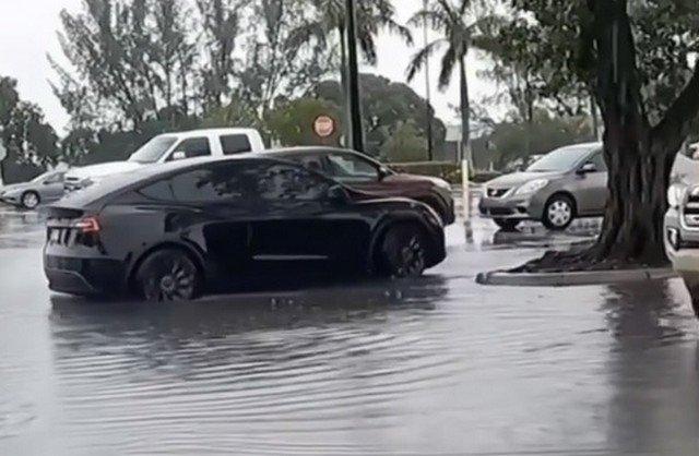 Tesla в воде
