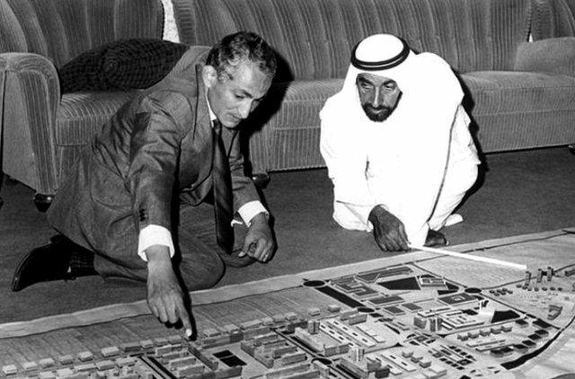Шейх Зайд рассматривает план строительства Абу-Даби, 1974 год.