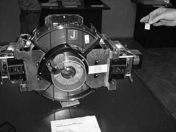 Первый жесткий диск (1973) состоял из двух модулей по 30 мб и назывался 30-30, что было созвучно с обозначением винтовки, использующей патрон 30-30 Winchester — поэтому диски и стали называть винчестерами.