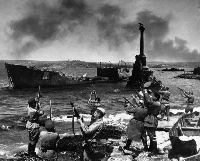 Советские солдаты салютуют в честь освобождения Севастополя, 1944 год.