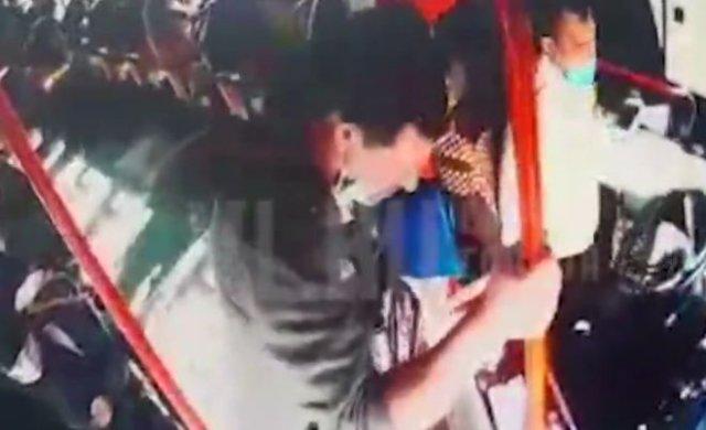 Во Владивостоке неадекватный пассажир автобуса напал на водителя из-за просьбы пройти в салон