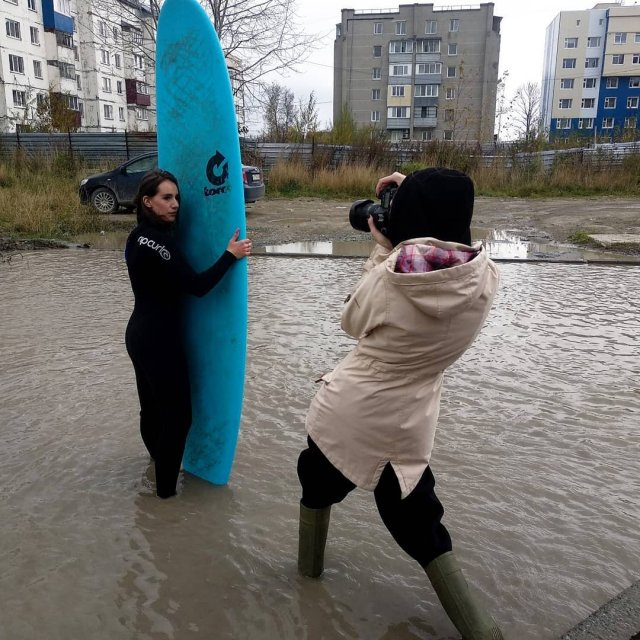 Девушки устроили фотосессию в луже у дома в Южно-Сахалинске на Тихоокеанской улице