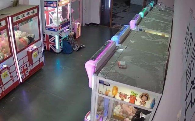 Маленькие воры пытались бесплатно разжиться игрушками - но пришлось вызвать спасателей