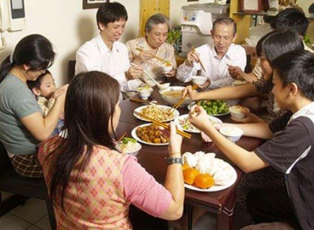Китаянка привела 23 родственника на свидание, чтобы проверить, щедр ли парень — но он сбежал, остави