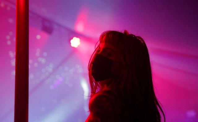 Девушка в стриптиз-баре в маске