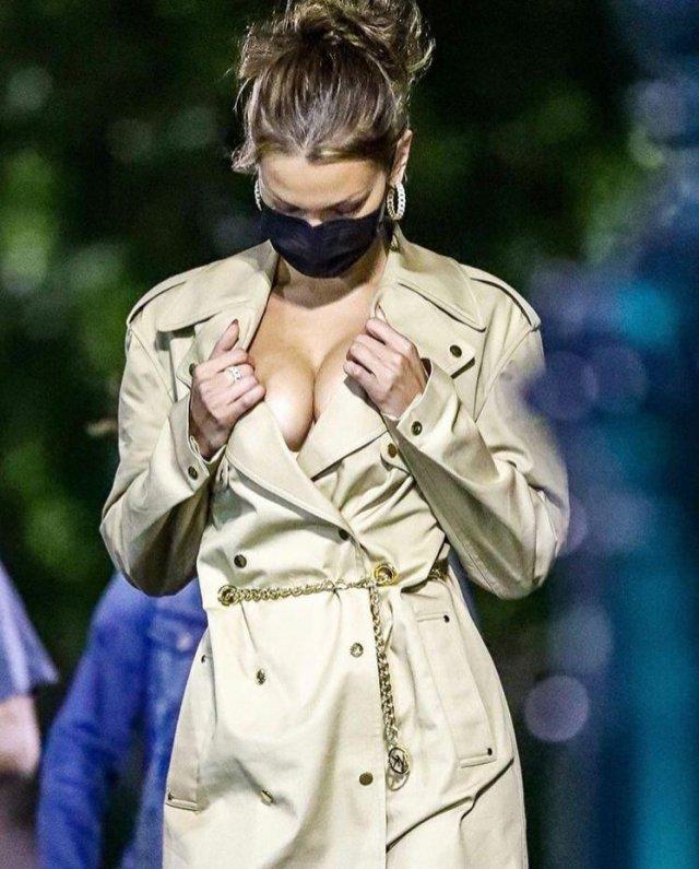 Белла Хадид проверяет - на месте ли ее маска