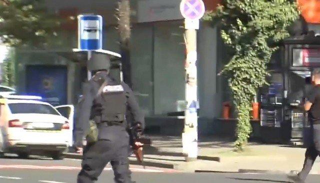 В грузинском городе Зугдиди мужчина с гранатой и автоматом взял в заложники людей в банке