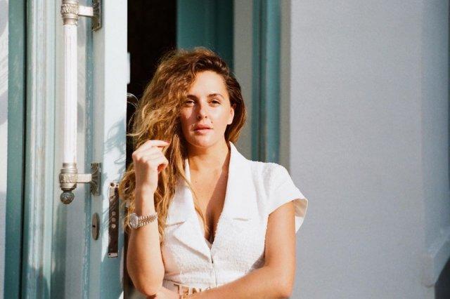 Мария Шумакова в белой рубашке