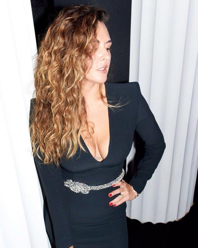 Мария Шумакова в черном платье