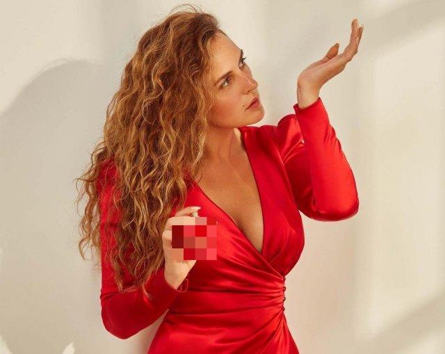 Мария Шумакова в красном платье