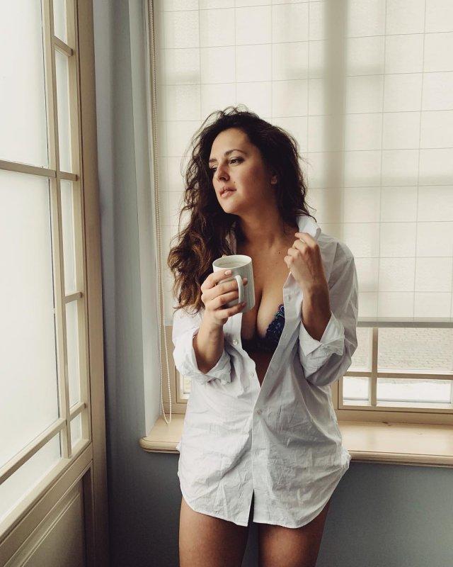 Мария Шумакова в белой рубашке и нижнем белье