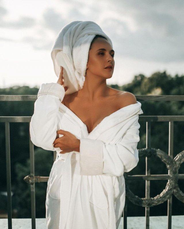 Мария Шумакова в халате и полотенце