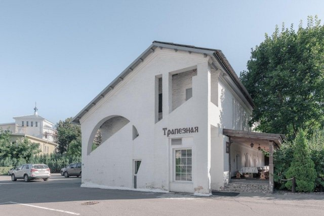 Cовременные здания на территории Благовещенского храма в Петровском парке