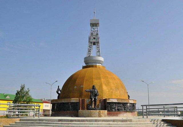 Памятник первооткрывателям самотлорской нефти в городе Мегионе